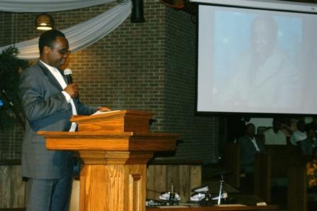 Pastor Kingori addresing mourners during the service. Photo by Tony Karanja (Jambonewspot)