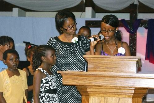 "Sheilanne Murigi pays tribute to ""Uncle Kamau"" as Miriam Manyara and other nieces and nephews look on. Photo by Tony Karanja (Jambonewspot)"