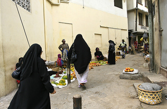 Women in Mombasa - the city with the highest level of migration to Saudi Arabia in Kenya. Photograph by Flickr user Lvovsky and used under a Creative Commons license.